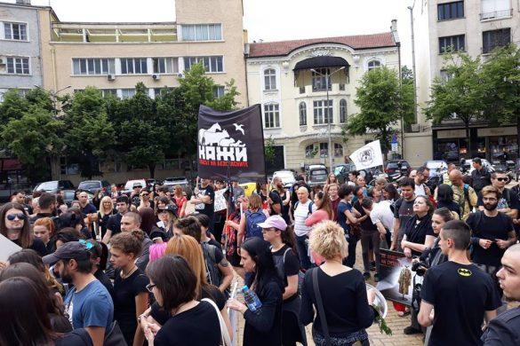 Марш срещу фермите за ценни кожи – Fur Free Forever