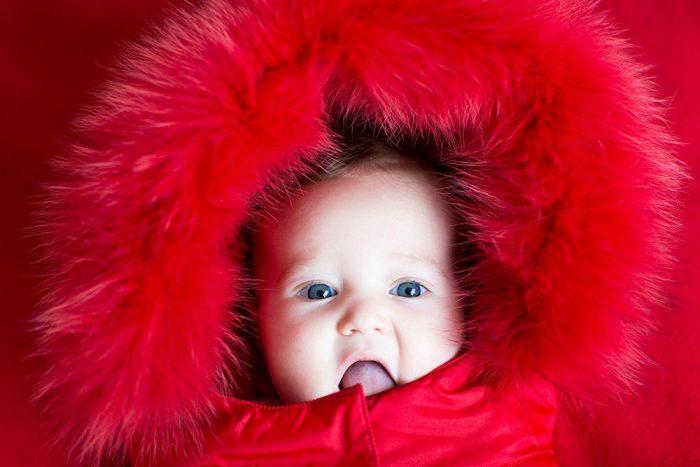 Бебе с яка от козина (ценни кожи) на качулката